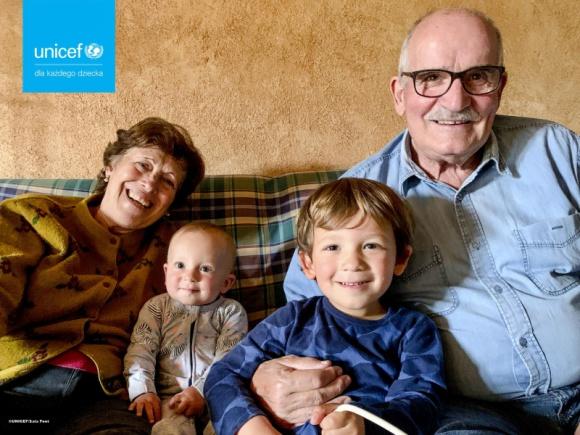UNICEF Polska: Dlaczego warto sporządzić testament? Styl życia, LIFESTYLE - Listopad to tradycyjnie miesiąc zadumy i refleksji. Rozmyślamy nad przemijaniem oraz kruchością życia. Wiele osób w tym czasie zastanawia się: co jestem w stanie przekazać następnym pokoleniom? UNICEF Polska odpowiada na to pytanie i zachęca Polaków do sporządzenia testamentu.